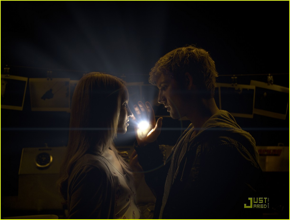 alex pettyfer dianna agron light dark room 02