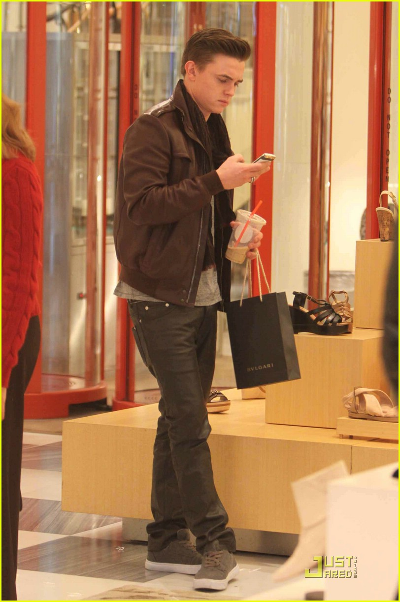 jesse mccartney shoe shopping santa 01
