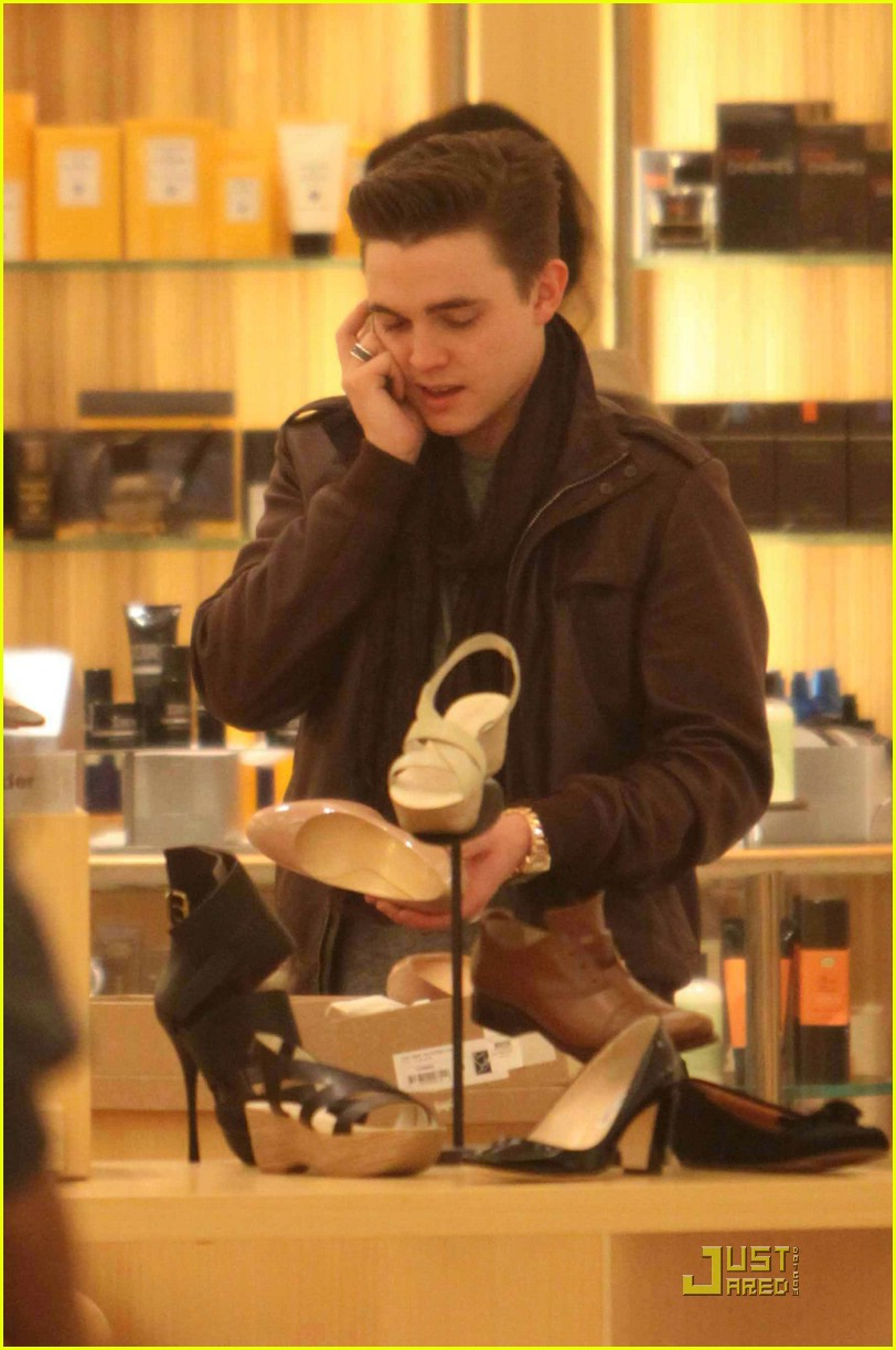 jesse mccartney shoe shopping santa 02