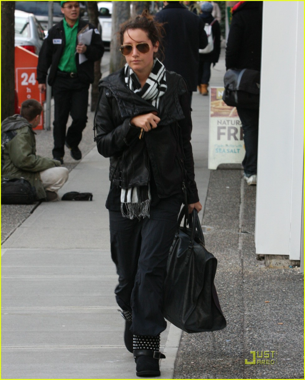 ashley tisdale bw scarf 02