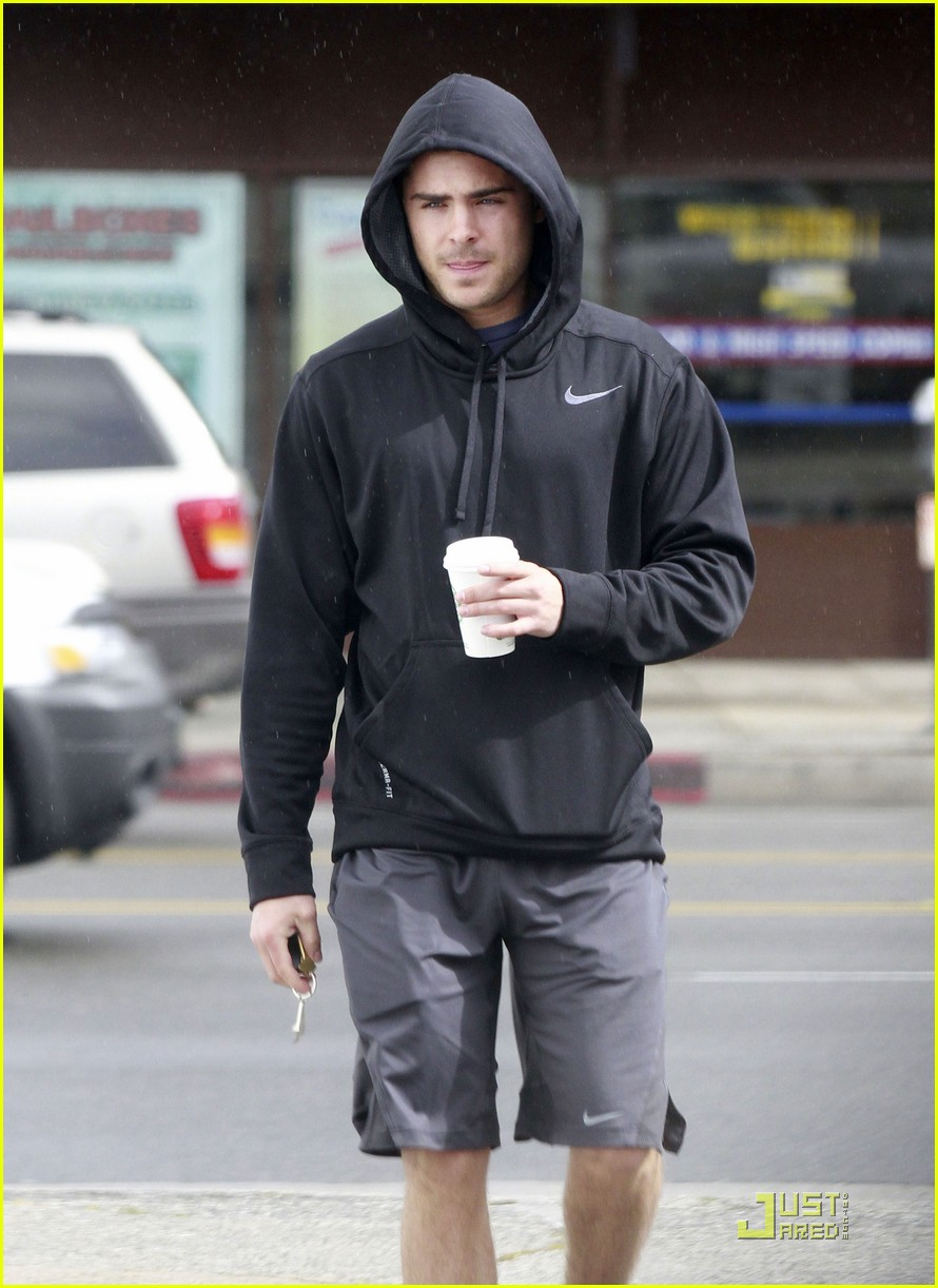 zac efron sweaty starbucks 09