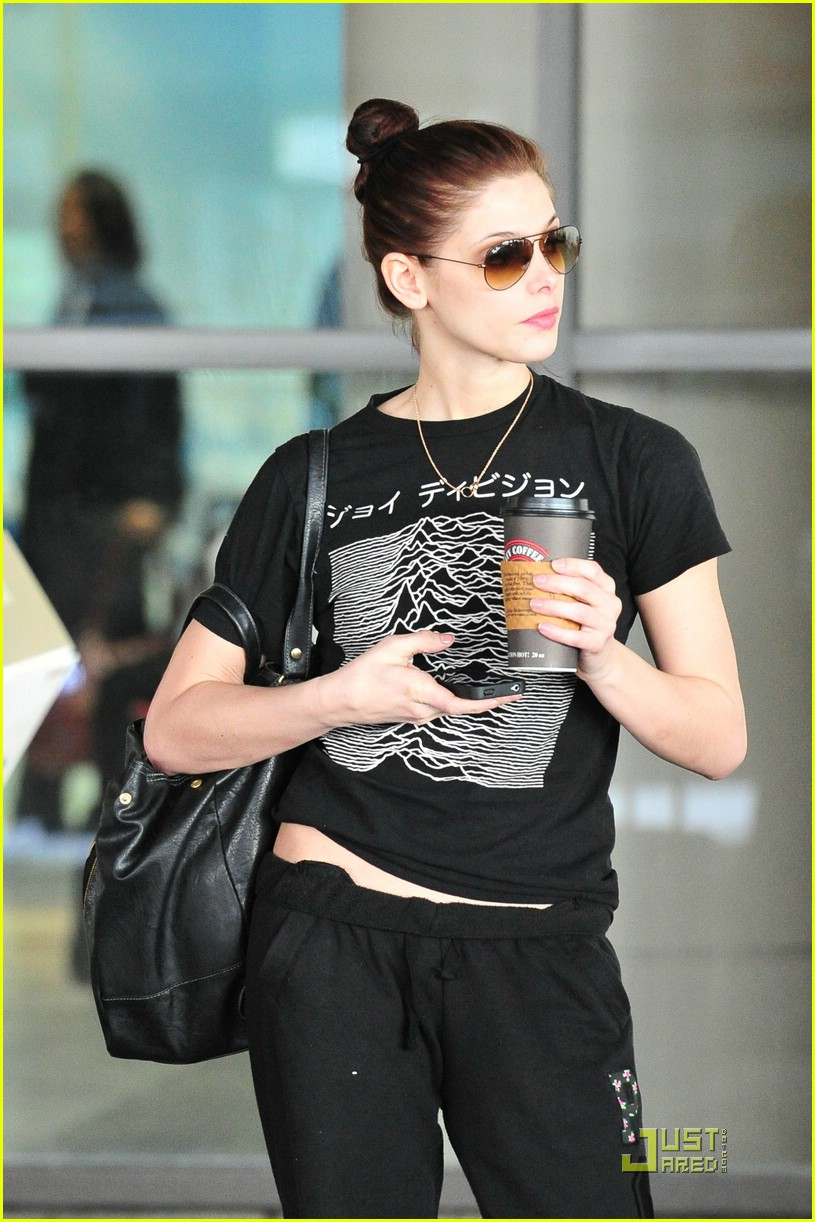 ashley greene starbucks lax 01