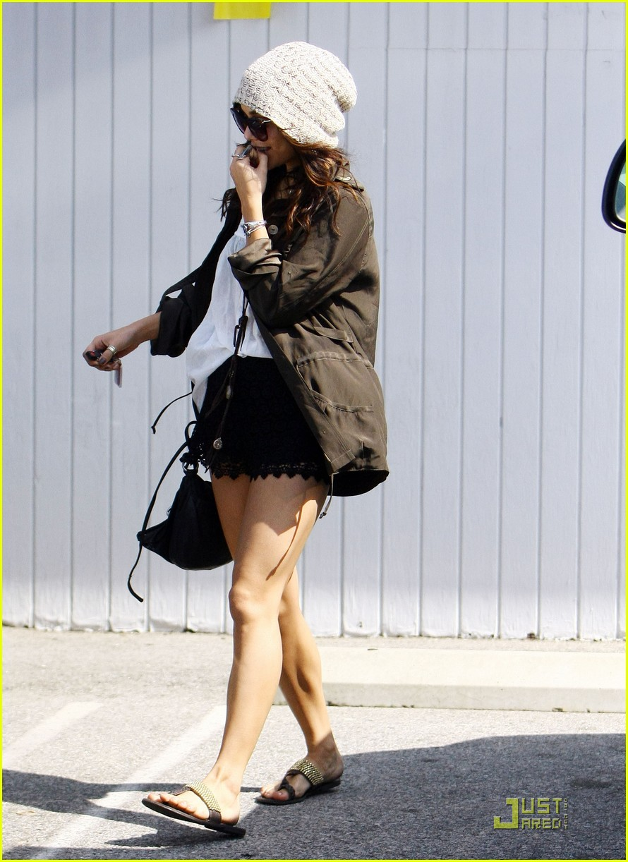 vanessa hudgens family lunch 05