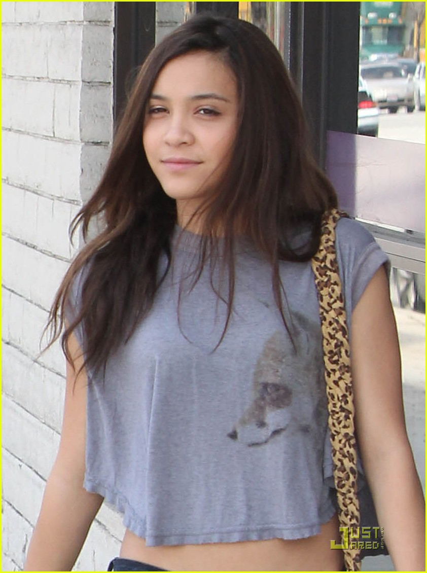 vanessa hudgens studio cafe josh hutcherson 05