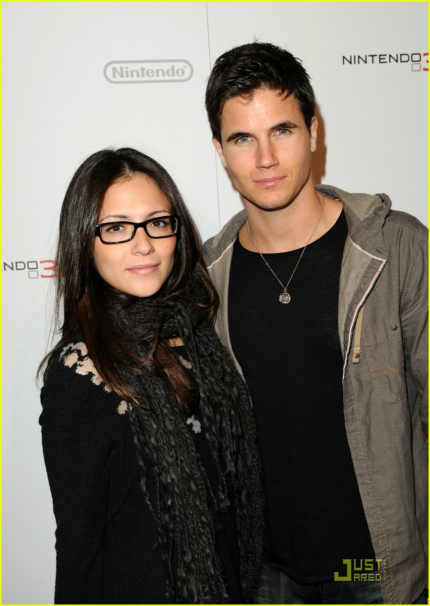 robbie amell nintendo night 01