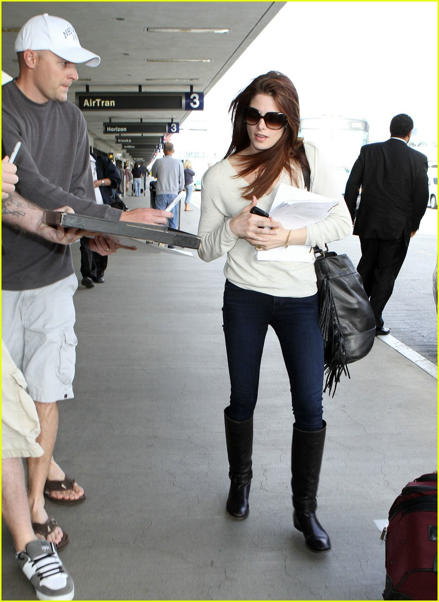 ashley greene jackson rathbone airport 13