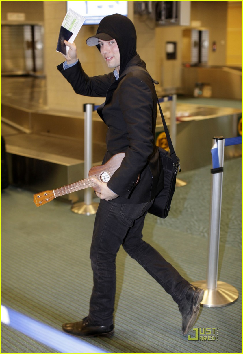 jackson rathbone airport guitar03