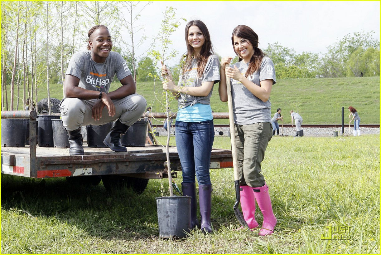 victoria justice daniella monet big helps 03