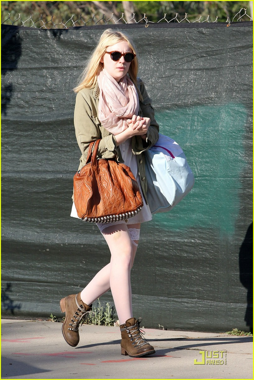 dakota fanning stocking school 01