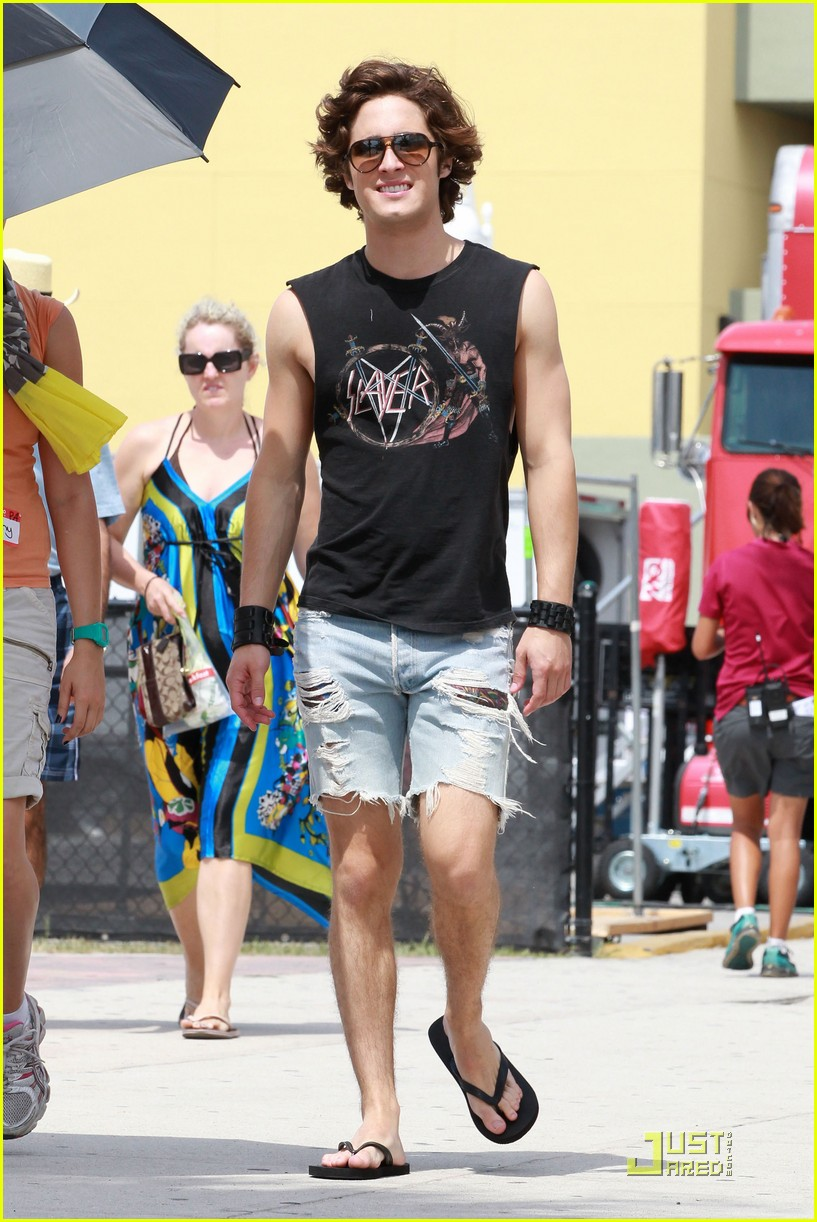 diego boneta julianne hough rollerblade 08