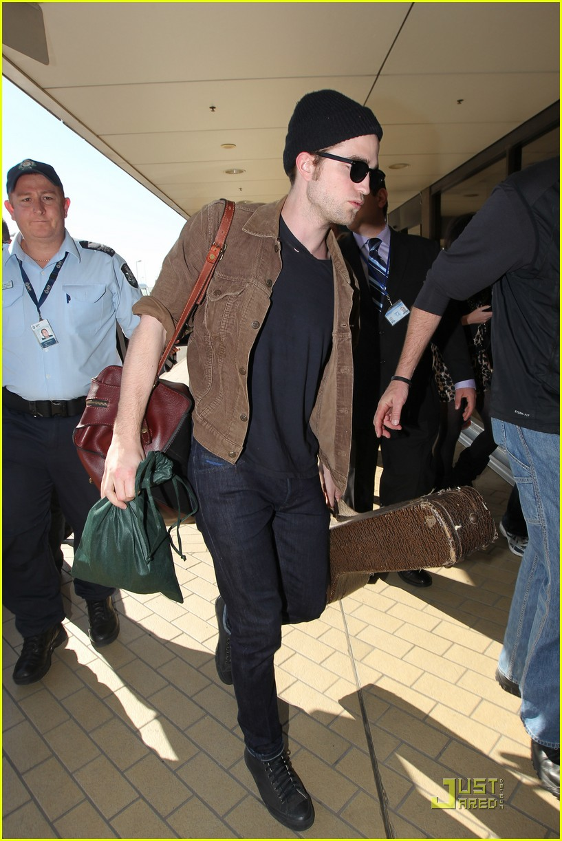 robert pattinson sydney departure 02