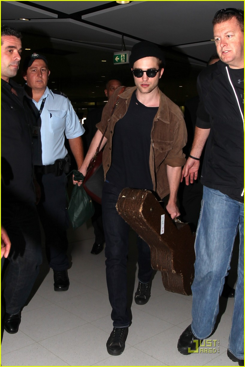 robert pattinson sydney departure 04