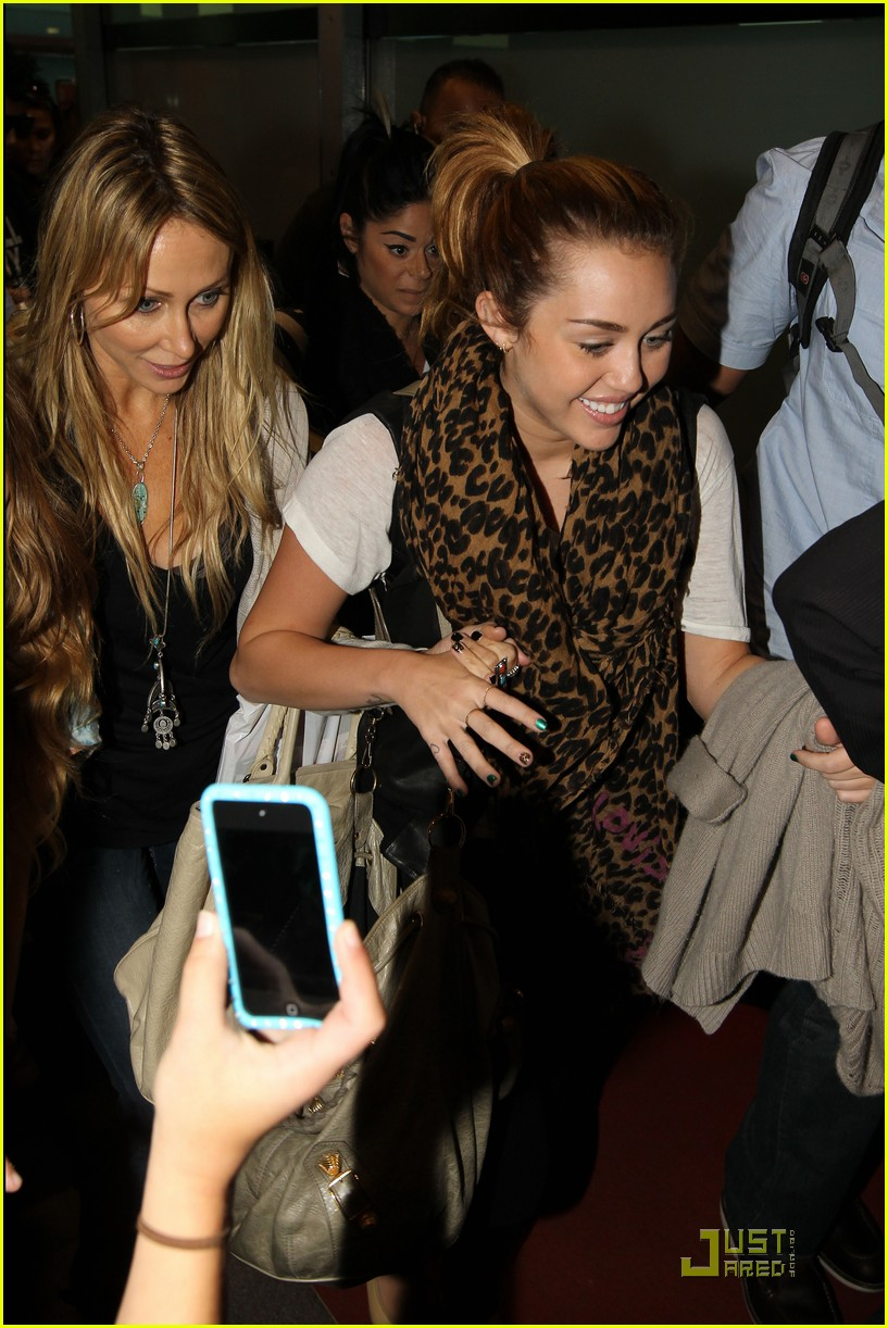 miley cyrus sydney smiles 01