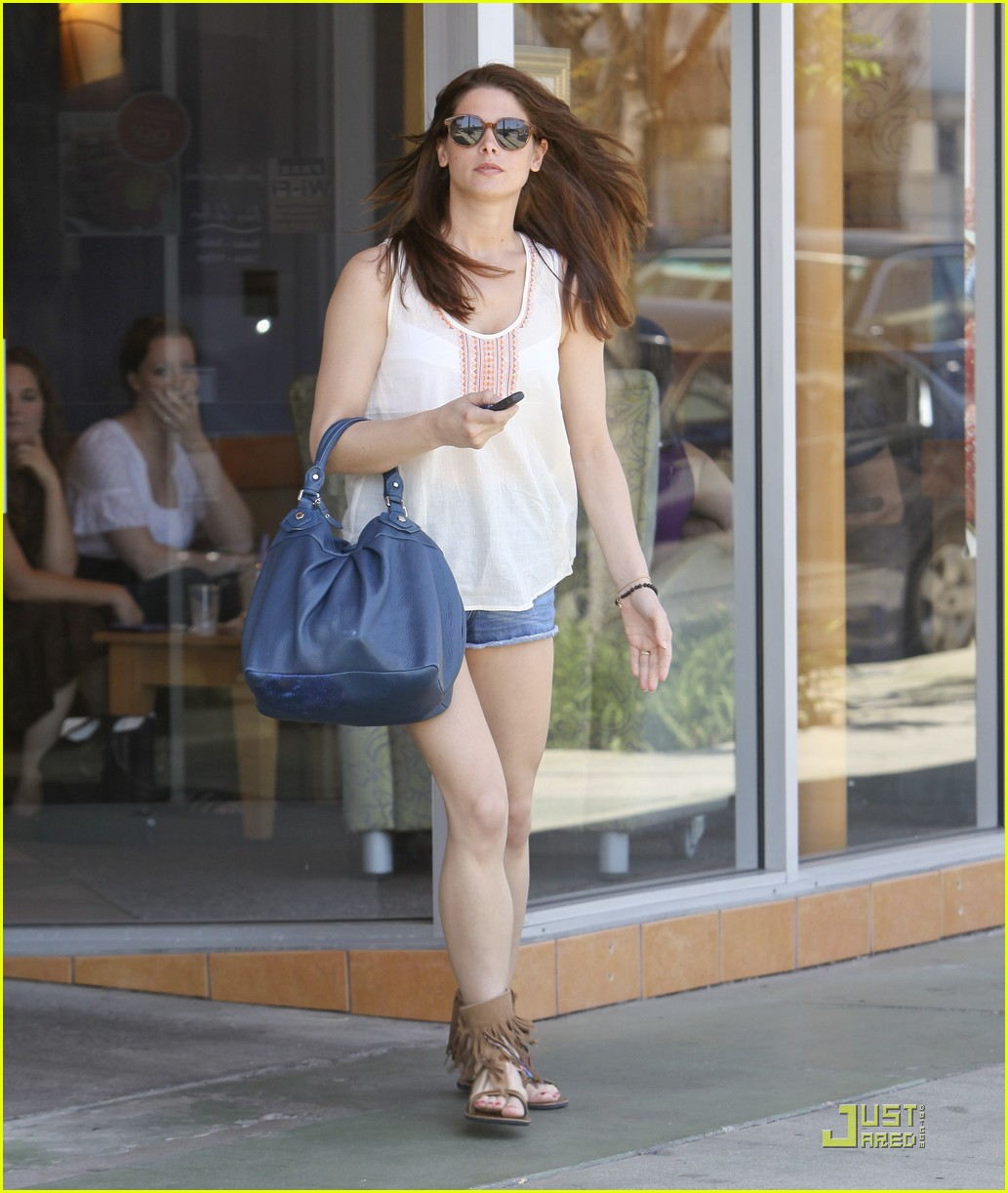 ashley greene panera bread 01