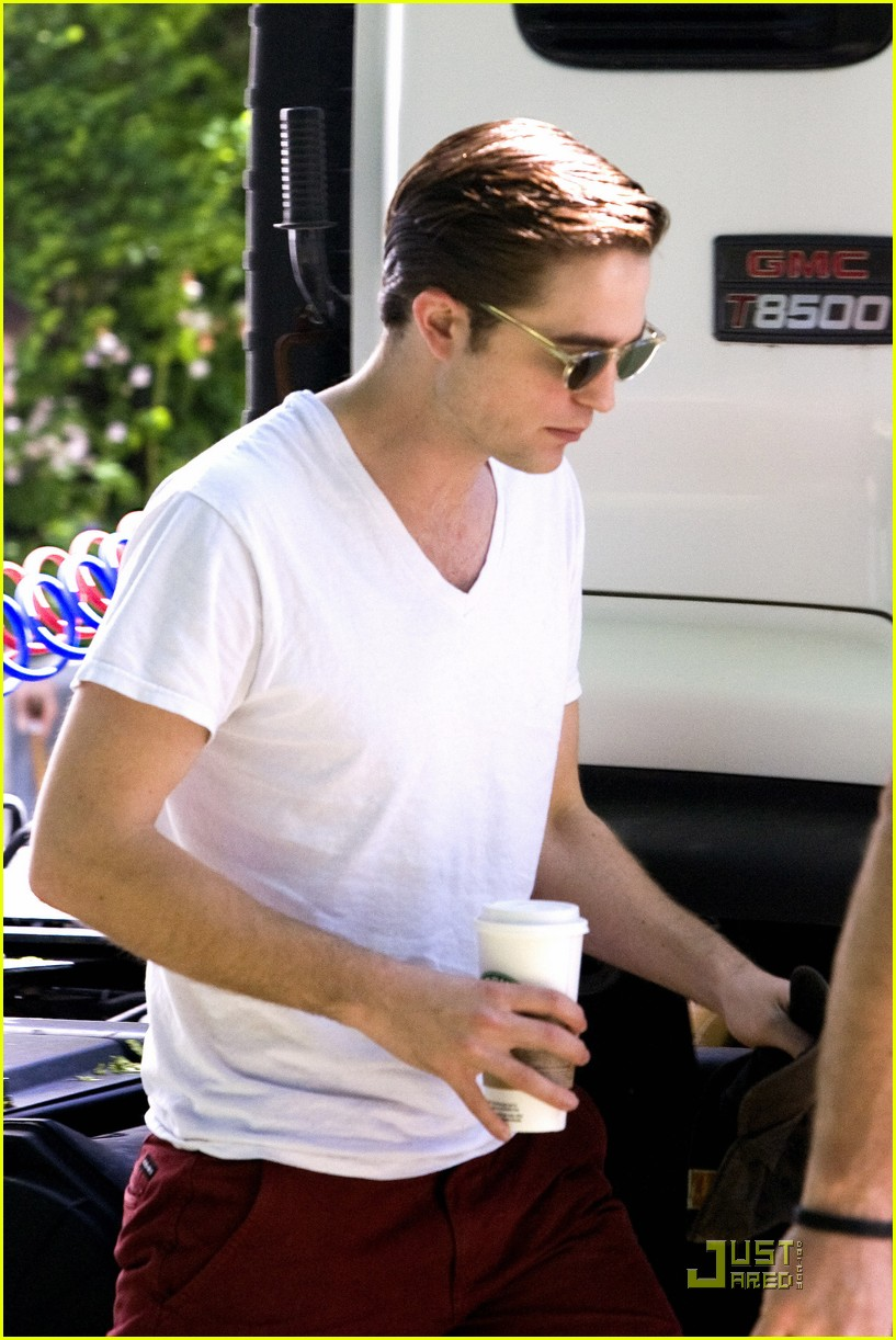 robert pattinson red pants 02