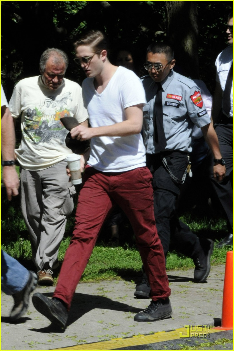 robert pattinson red pants 08