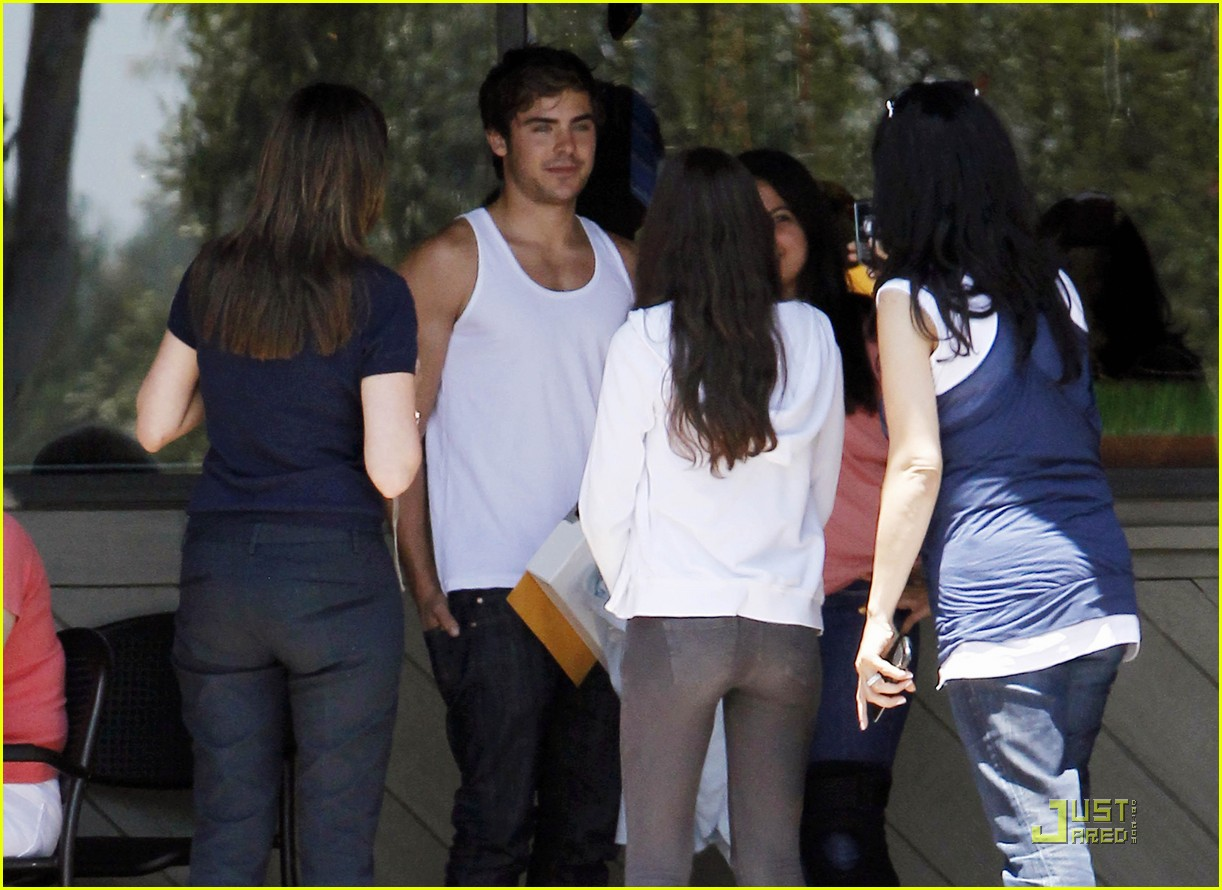 zac efron lunch fans 05