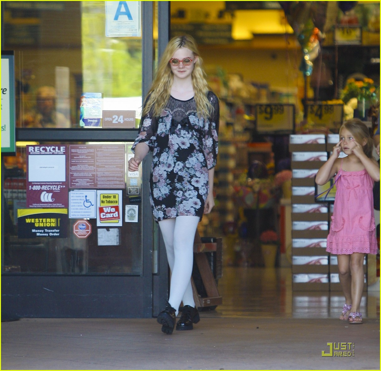 elle fanning red glasses 04