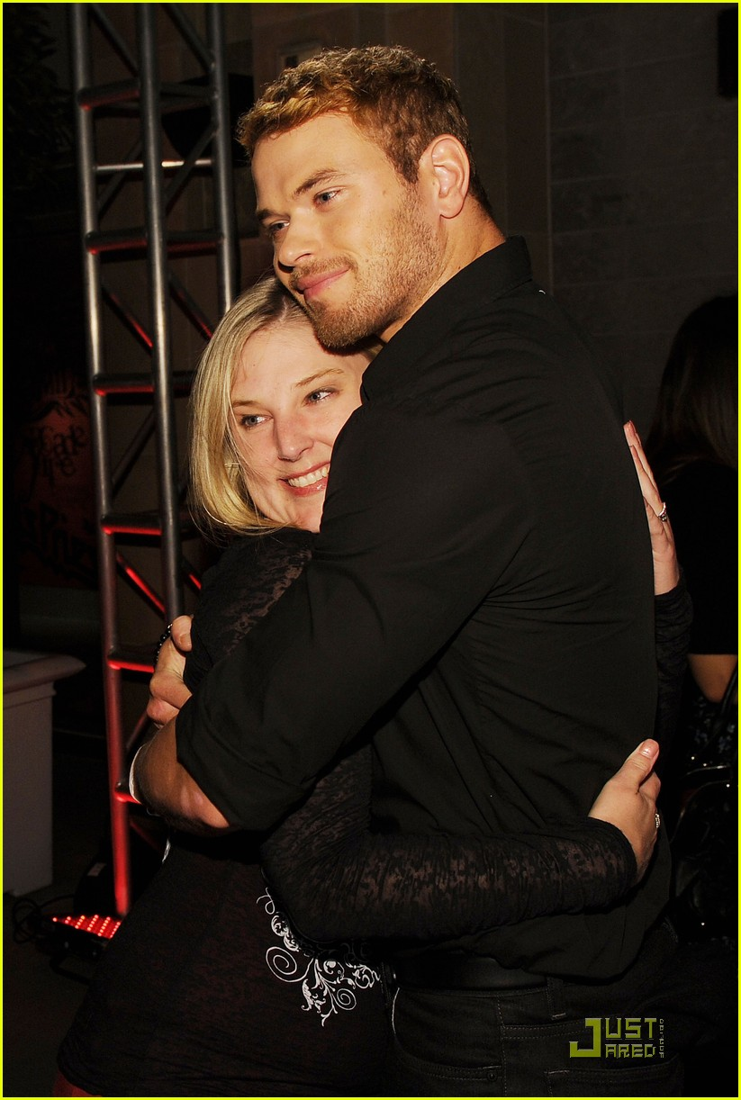 kellan ashley fan comiccon party 14