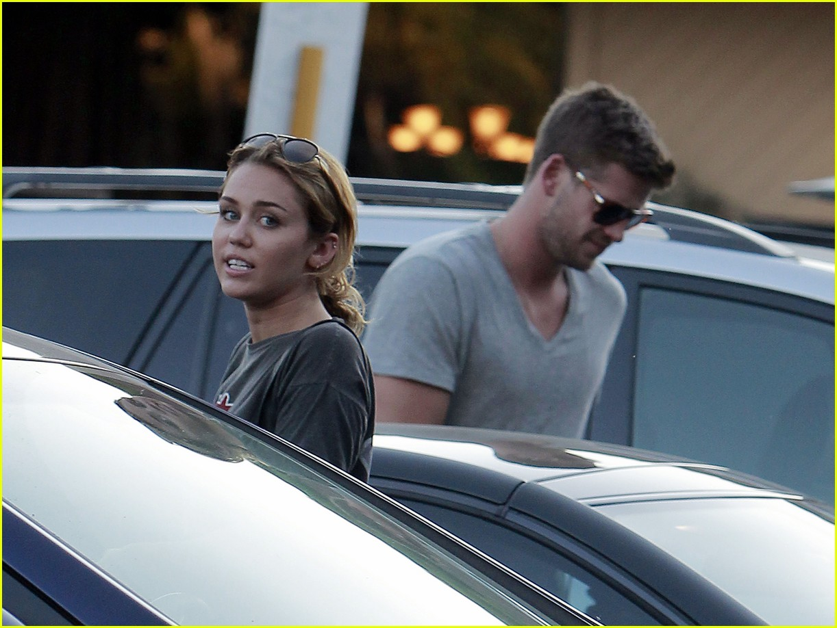 miley cyrus liam hemsworth sushi 03