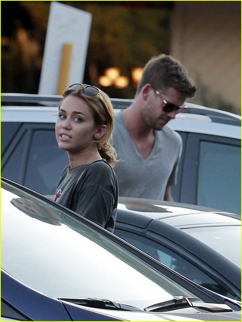 miley cyrus liam hemsworth sushi 09