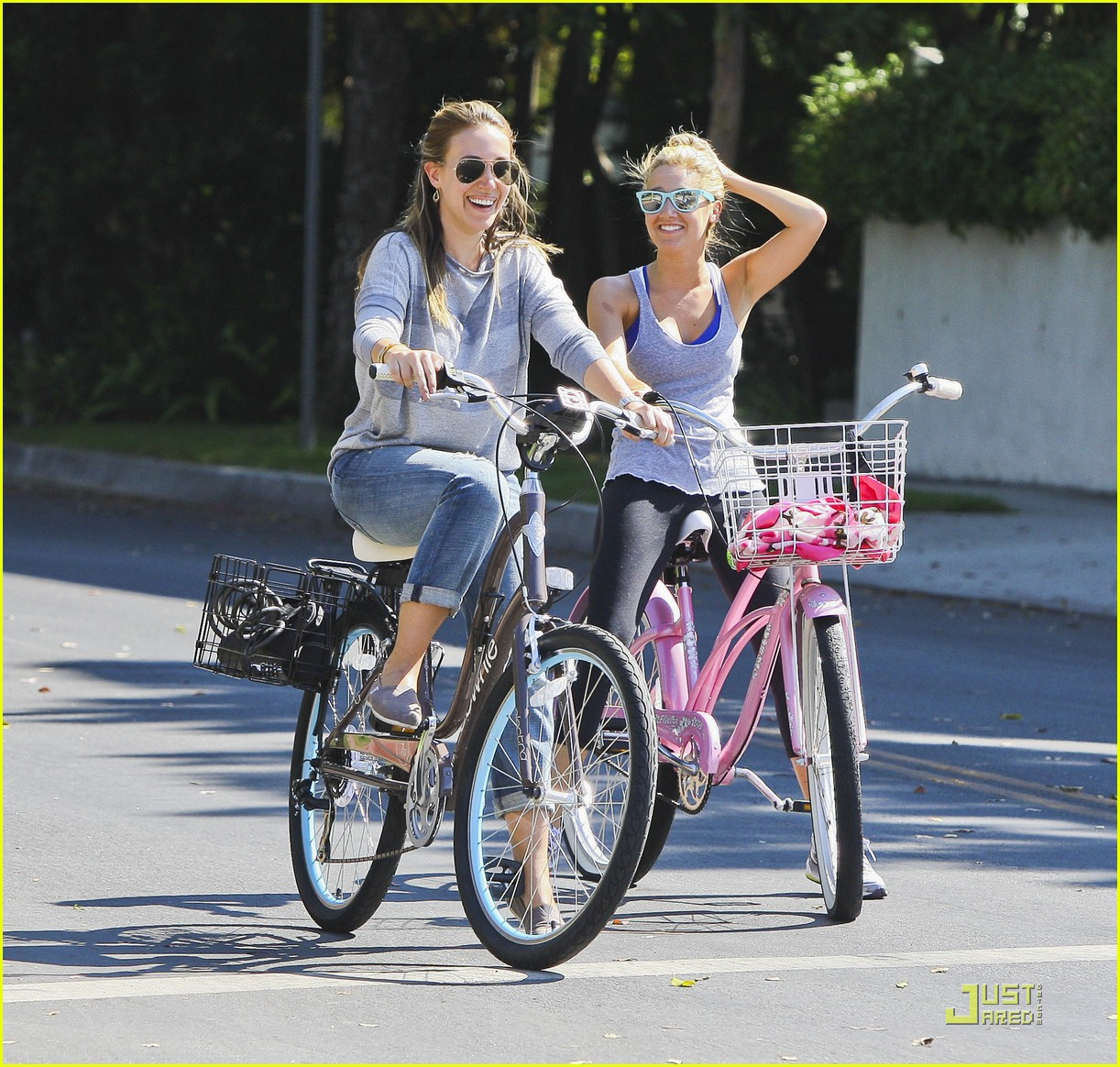 ashley tisdale haylie duff bikes 01