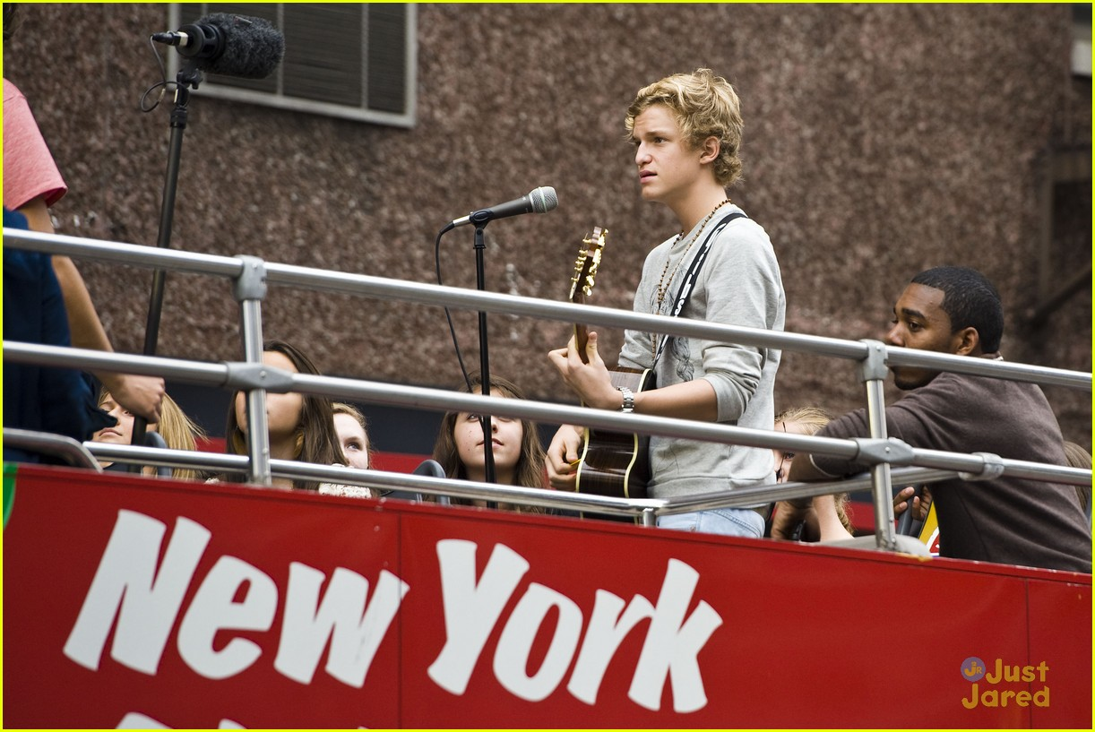 cody simpson bus nyc 05