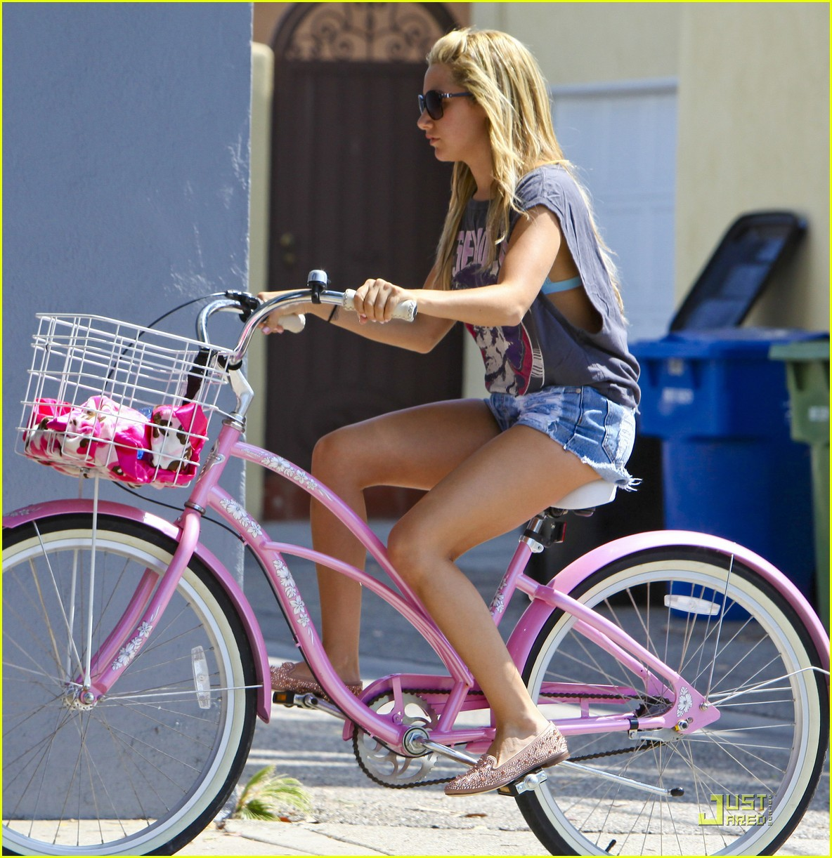 ashley tisdale bike ride 02