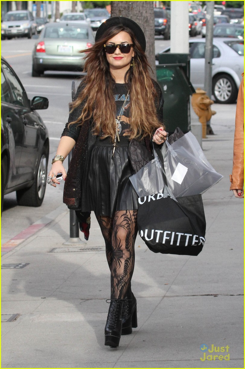 demi lovato shopping urban 02