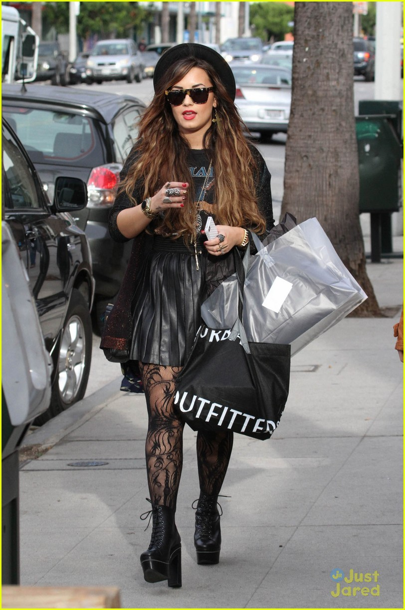demi lovato shopping urban 08
