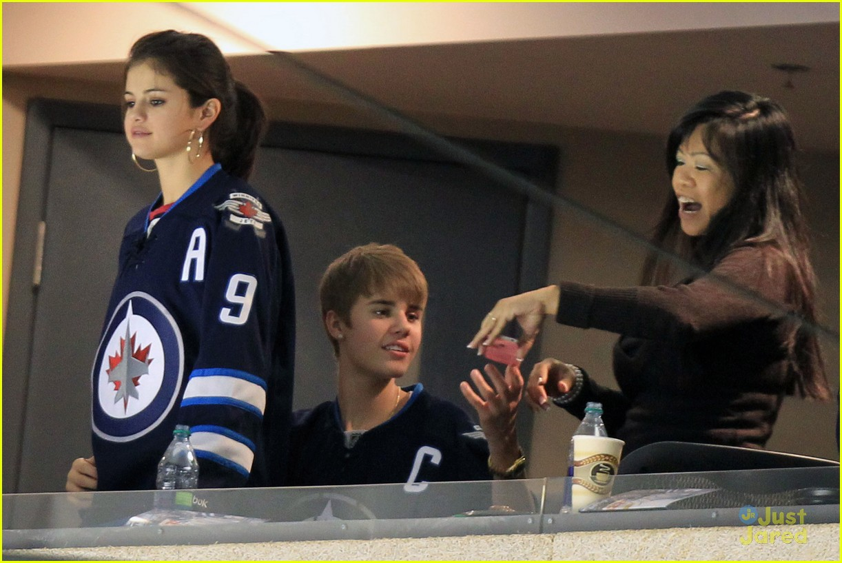 selena gomez justin bieber hockey game 21