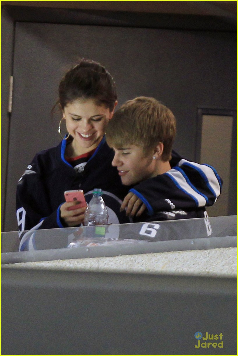 selena gomez justin bieber hockey game 25