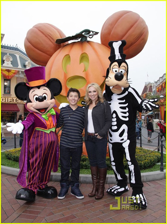bradley steven perry mom disneyland 01