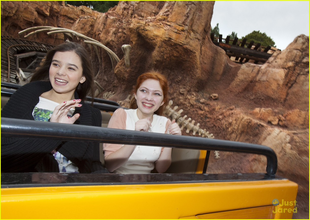 hailee steinfeld tavi disneyland 06