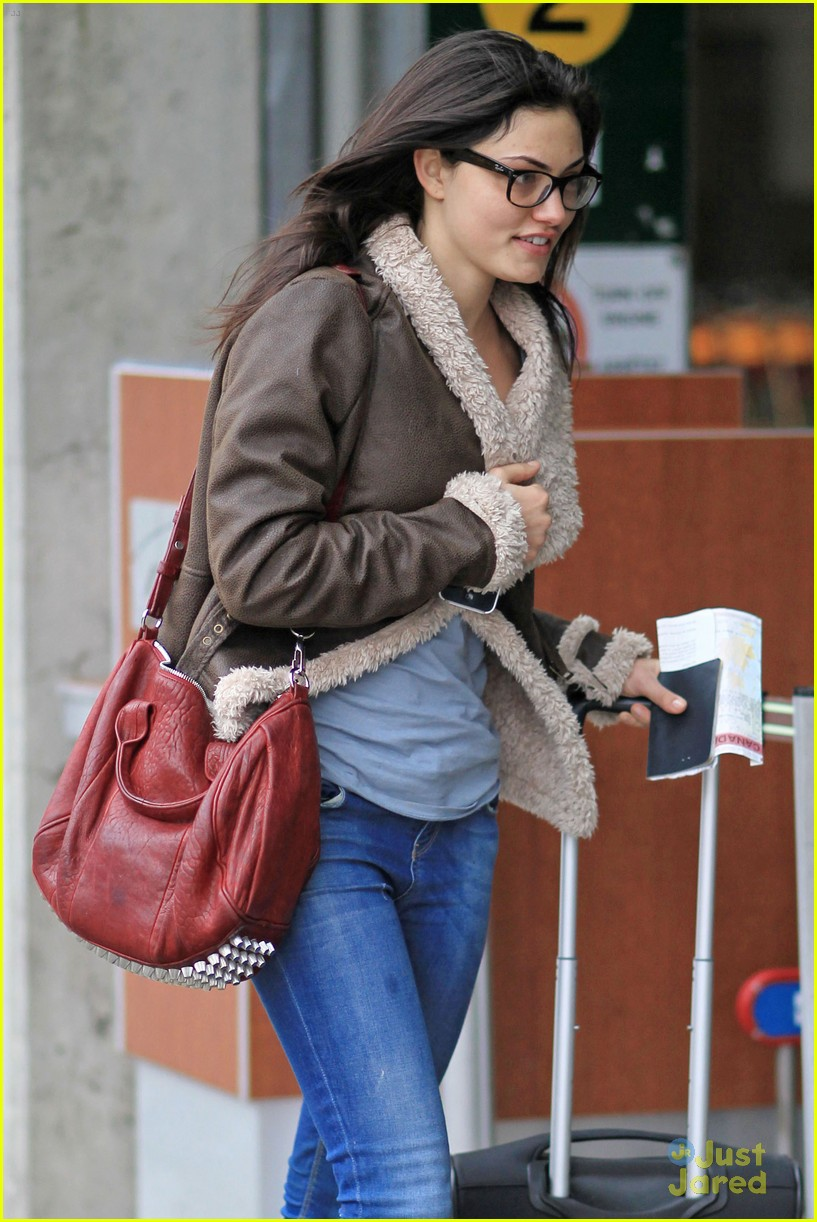 phoebe tonkin airport 02