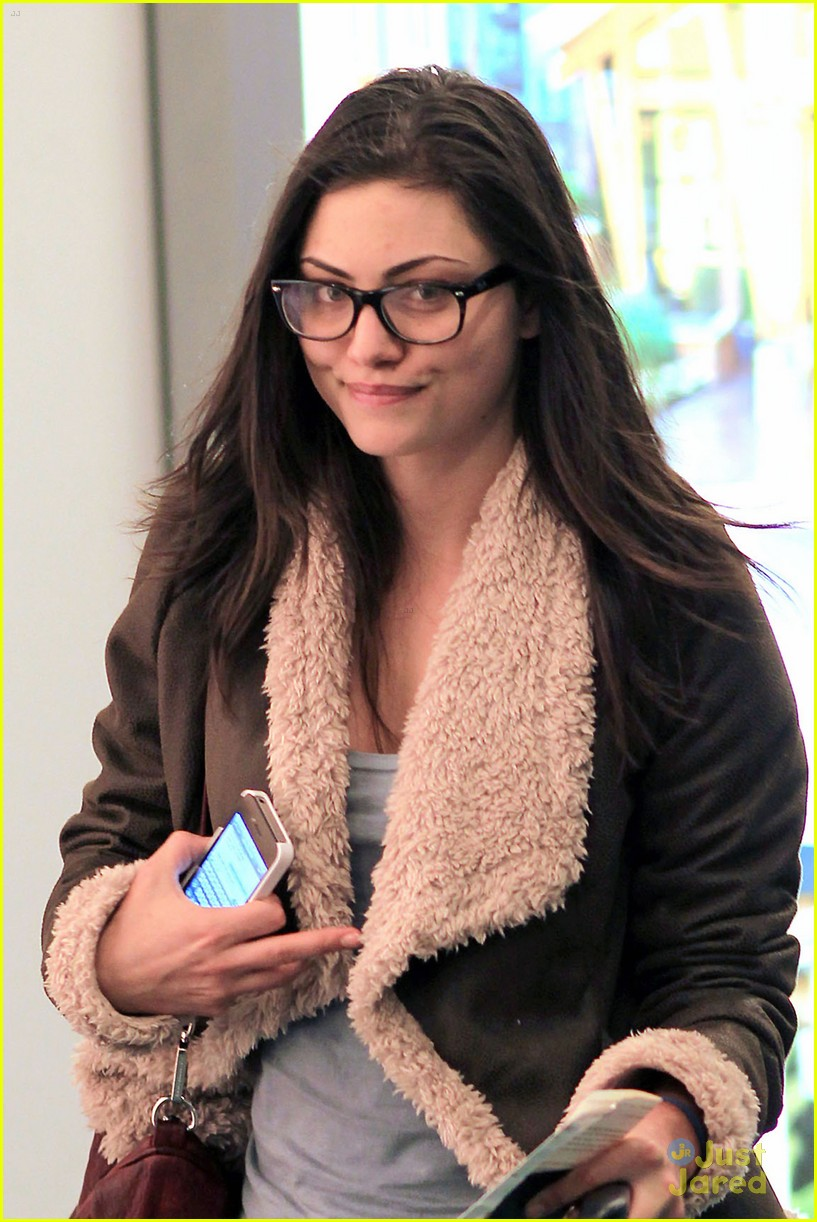 phoebe tonkin airport 03