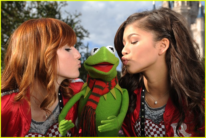 bella thorne zendaya disney parade 02
