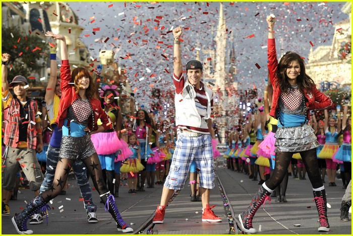 bella thorne zendaya disney parade 04