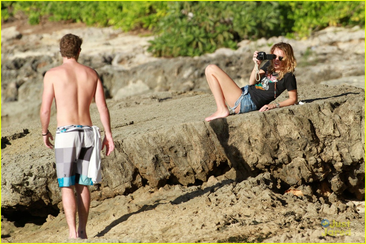miley cyrus liam hemsworth hawaii 01