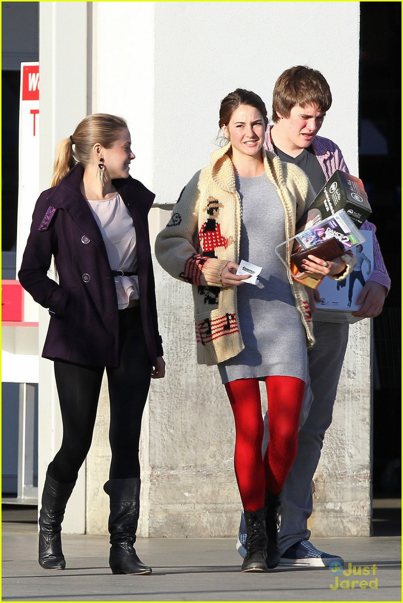 shailene woodley christmas shop 02