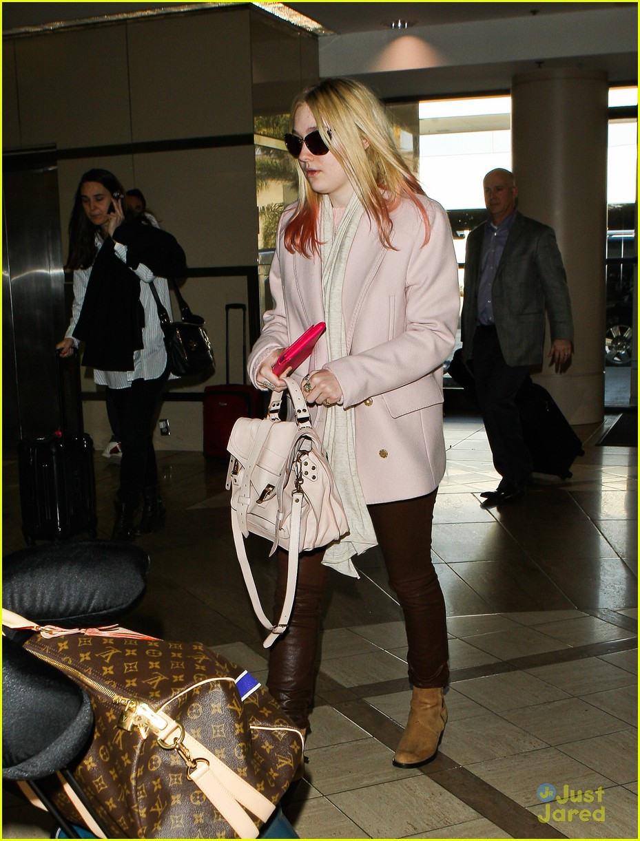 dakota fanning lax arrival 10