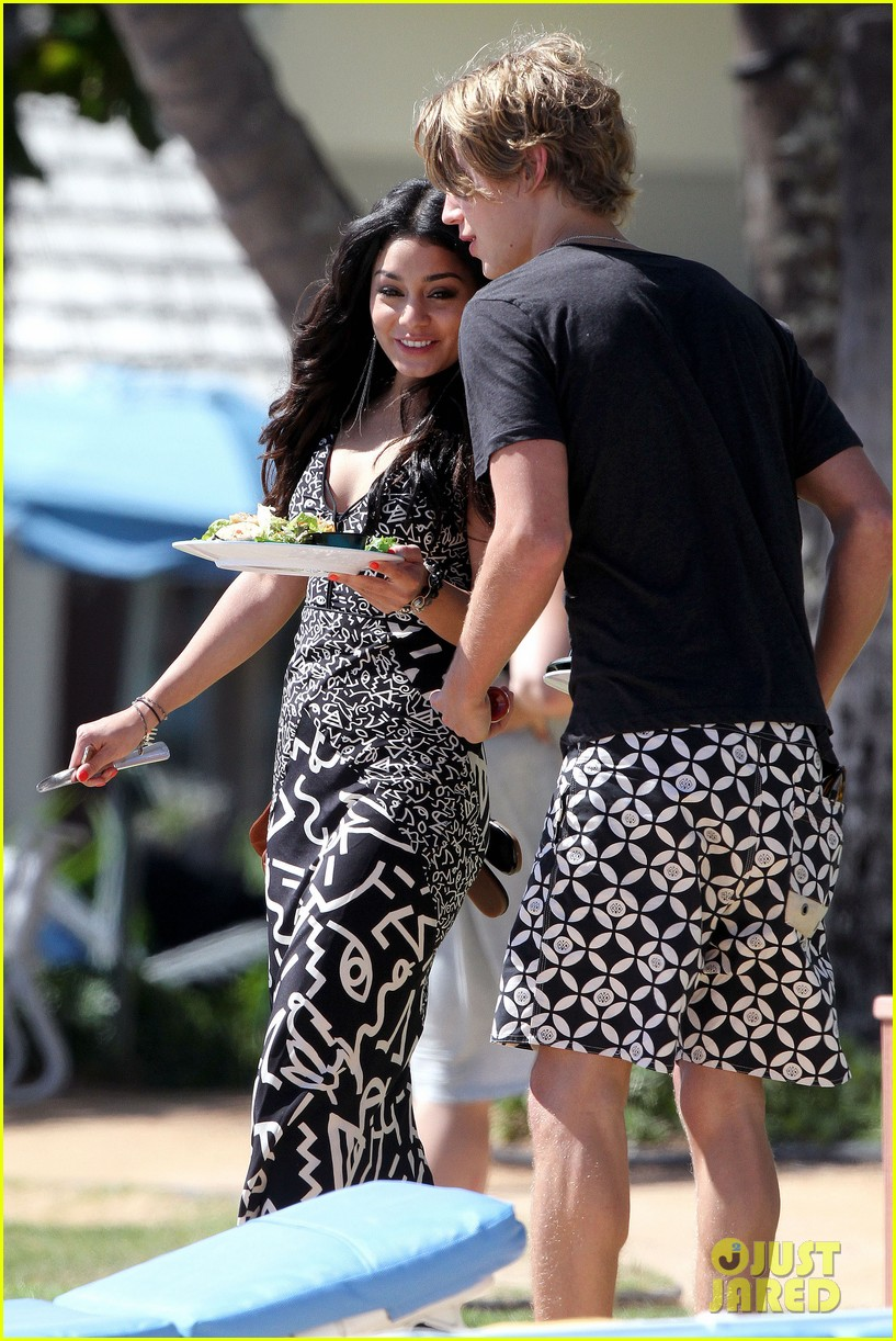 vanessa hudgens austin butler paddleboard 05