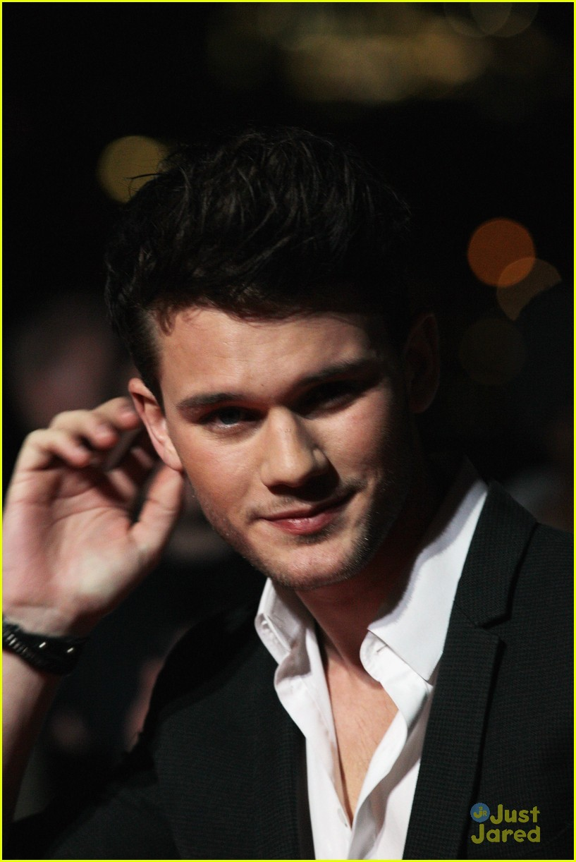 jeremy irvine uk critics choice 03