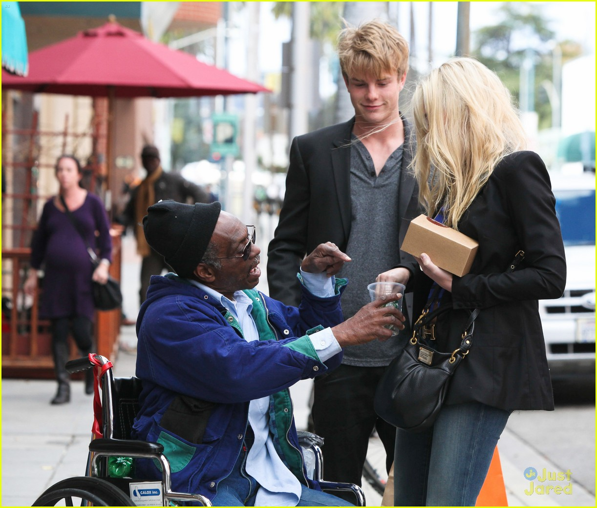 aj michalka hug homeless 04