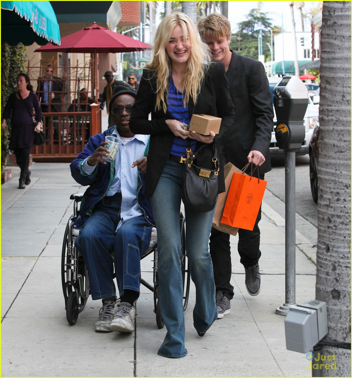 aj michalka hug homeless 05