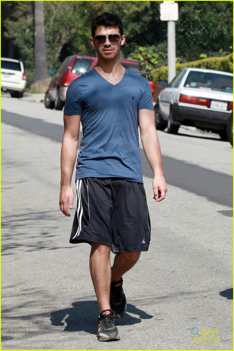 joe jonas hike hollywood 01