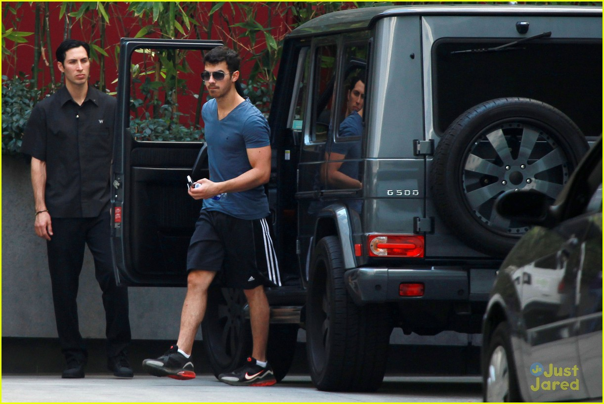 joe jonas hike hollywood 02