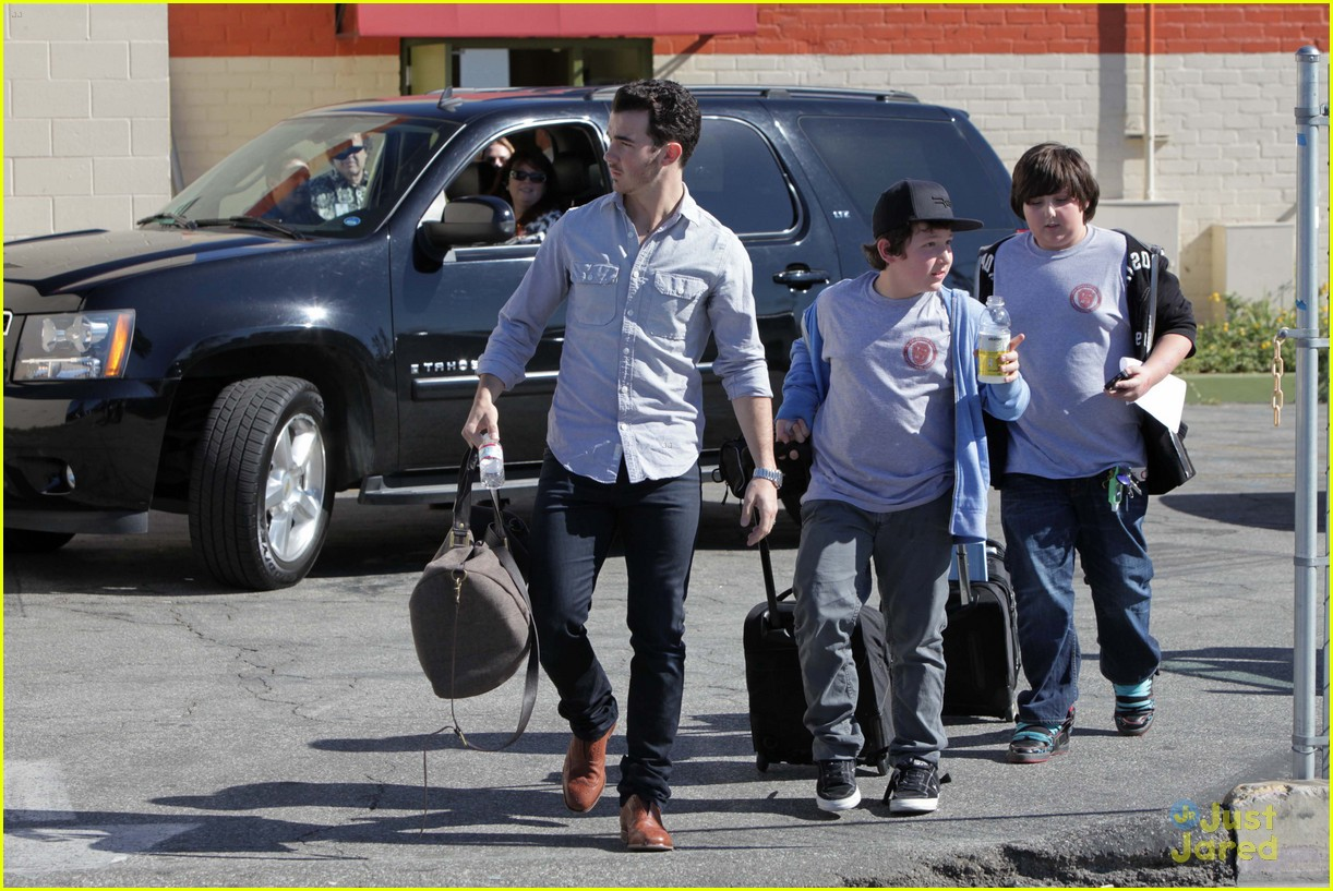 kevin jonas school pickup 04