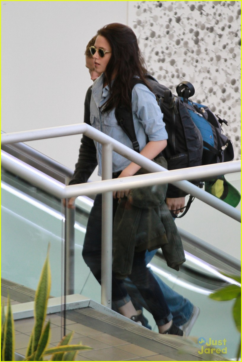 kristen stewart leaves lax 04
