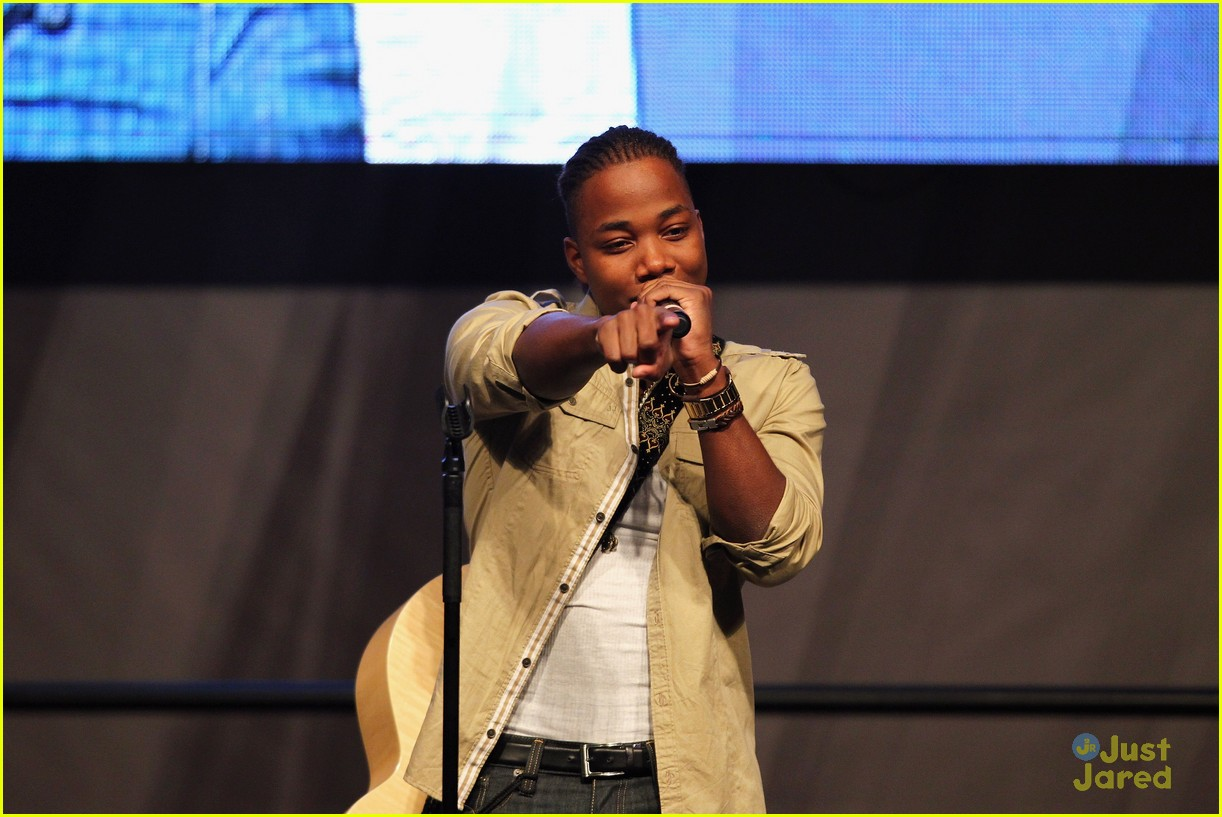 leon thomas kids day superbowl 11